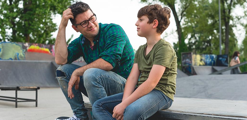 Volwassenen praat met jongen