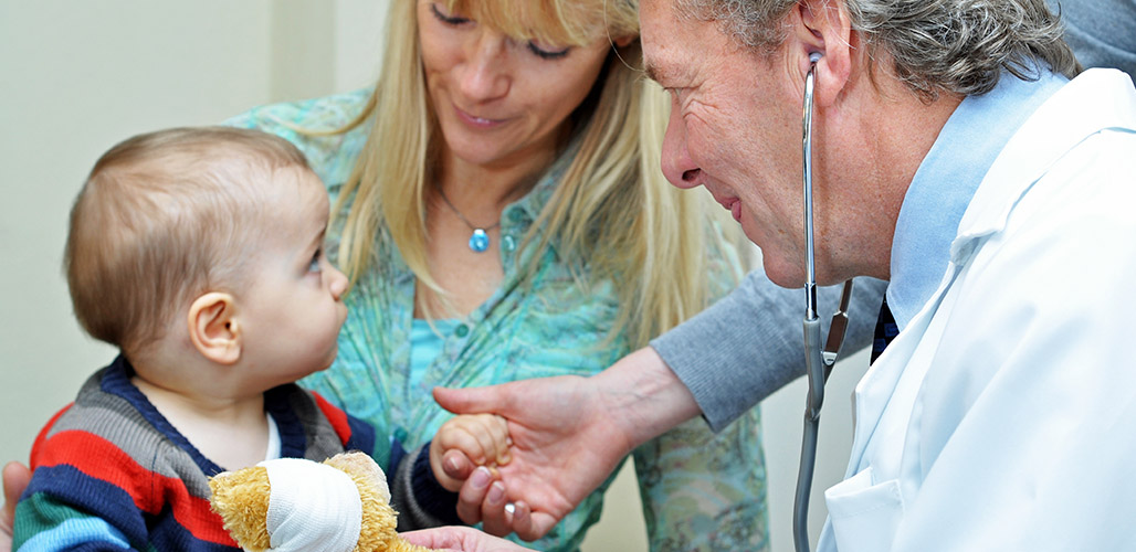 Baby bij dokter
