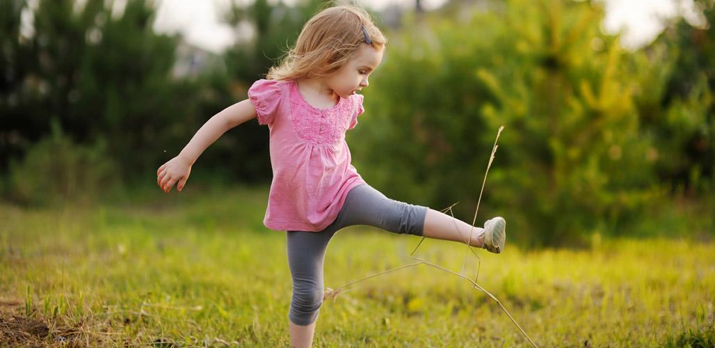 Meisje speelt buiten