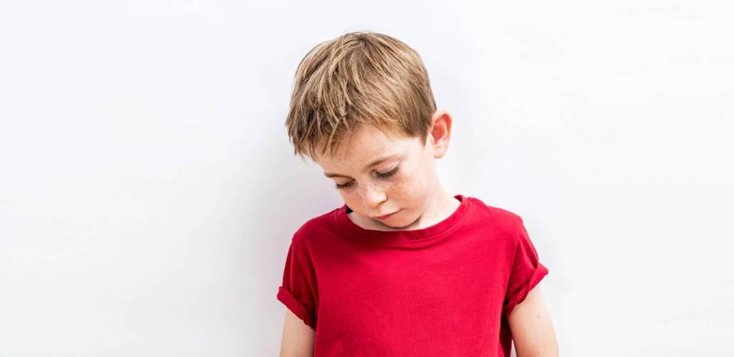 Kinderen in de kou - verdrietige jongen - 1028x500px