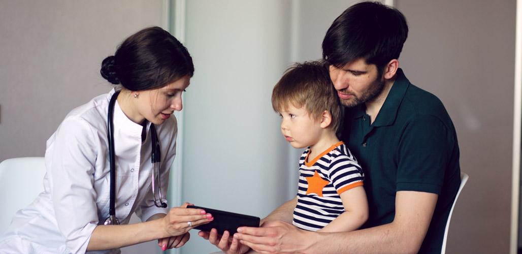 Kind met pappa bij arts