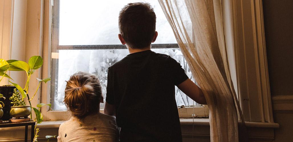 Kinderen kijken naar buiten