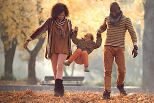 Augeo Magazine Oog voor ouders - Ouders schommelen met hun kind in de herfst