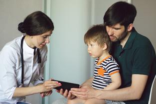 Kind met vader bij arts