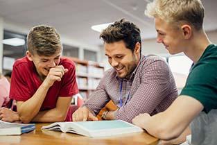 Handle with Care en Ruggensteun - Leraar geeft uitleg aan scholieren