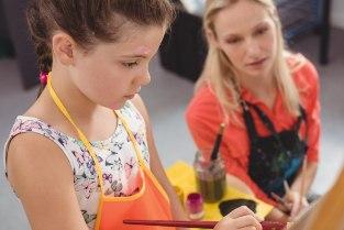 Meisje leert schilderen bij haar wijkteam