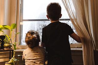 Kinderen kijken uit het raam