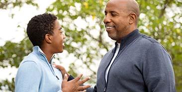 veerkracht en steun - bemoedigend gesprek en schouderklop van volwassene bij een kind