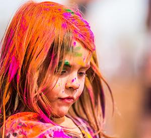 Kleurrijk meisje kijkt naar rechts